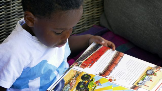 絵本を読む少年